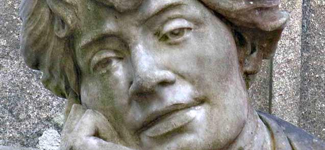 Fragmento da estatua de Rosalía en Compostela