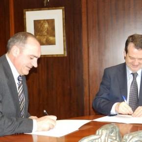 Anxo Angueira e Abel Caballero asinando