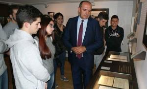 O presidente da Fundación, Anxo Angueira nunha visita escolar