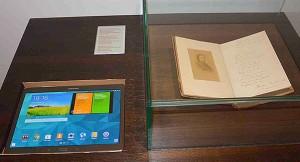 Exemplar de Cantares Gallego e tableta para a visita